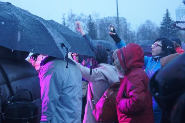 Сотни горожан собрались на площади Куйбышева