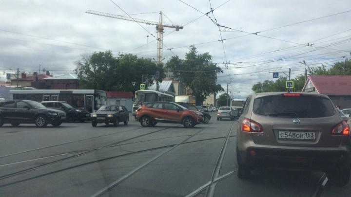 Центр Самары — в пробках: дороги в районе площади Куйбышева перекрыли бетонными блоками