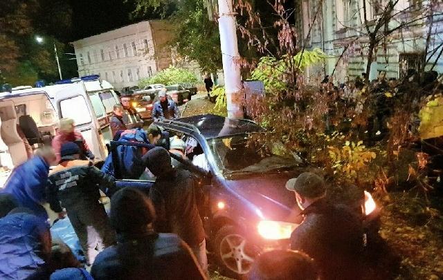 В Новочеркасске автомобиль влетел в ЛЭП: пострадали трое