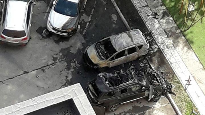 Porsche, Toyota, Land Rover и Opel: в Перми сгорели две иномарки, еще две повреждены огнем