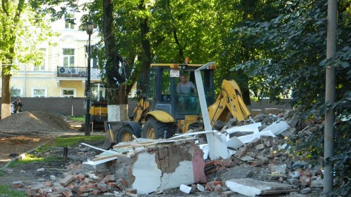 В Демидовском сквере разломали туалет
