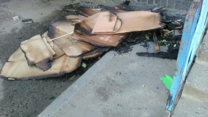 В Дзержинском районе Волгограда жильцы собственными силами тушили пожар у своего дома