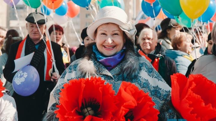 Нескучные лозунги, красивые девушки, шарики и цветы: смотрите Первомай в Тюмени в 20 лучших фотокадрах