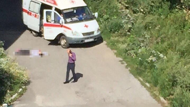 В Ленинском районе под окнами многоэтажки нашли труп девушки