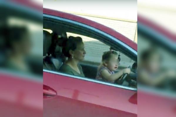 Мама посадила дочку за руль на шоссе Космонавтов