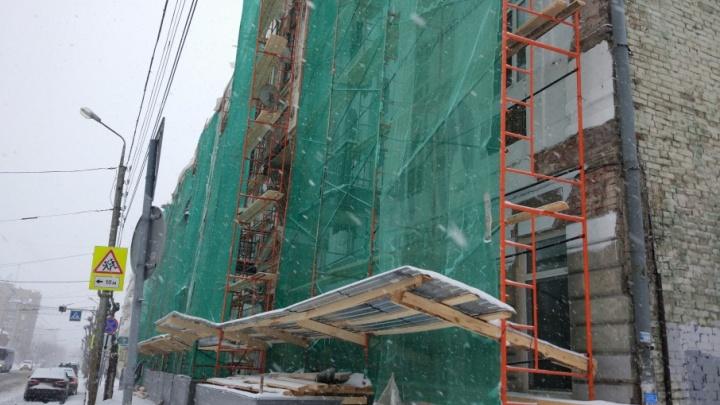 В центре Самары у памятника архитектуры отвалилась лепнина