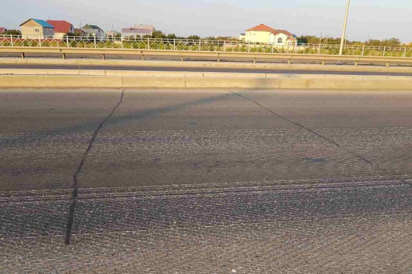Трещины шириной пять сантиметров следуют через каждые пять метров
