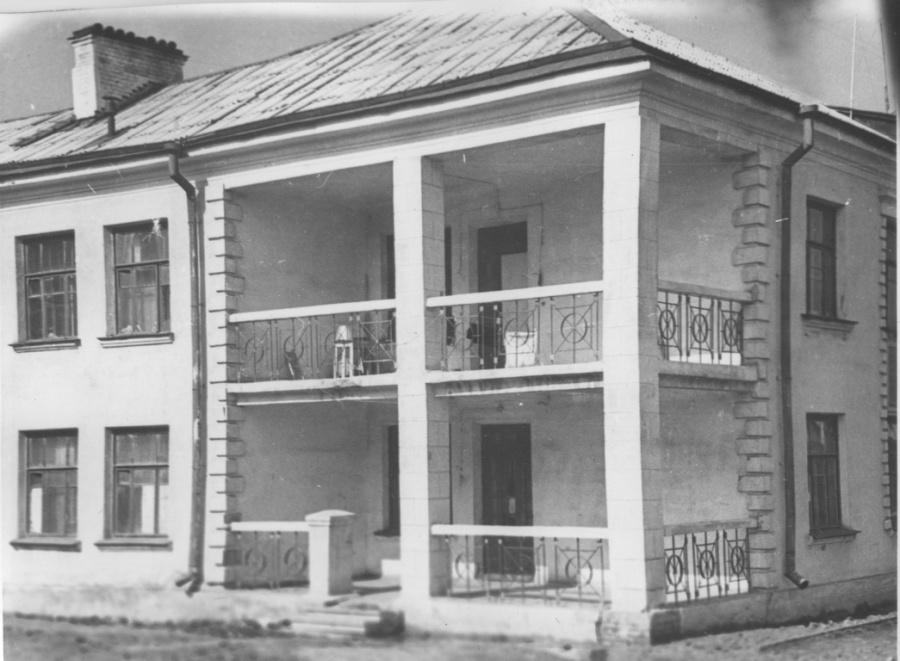 Раньше на этих домах балконов было больше, но потом решили сэкономить место и застроили их