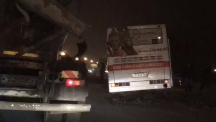 На Уралмаше рейсовый автобус вылетел с дороги и застрял на обочине