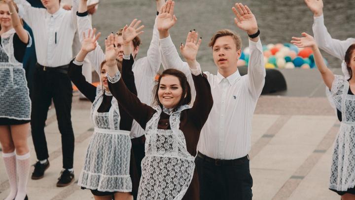 400 пар выпускников закружились в танце: как прошёл традиционный ежегодный вальс на набережной