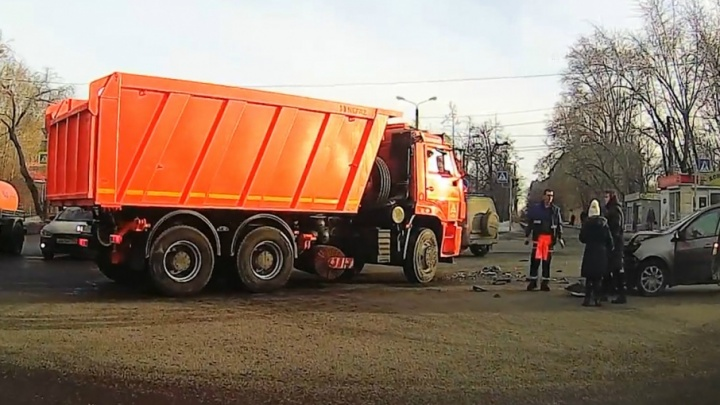 Момент столкновения КАМАЗа и иномарки на челябинском перекрёстке попал на видео