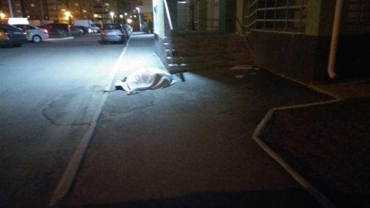В «Парковом-2» мужчина разбился, выпав с балкона