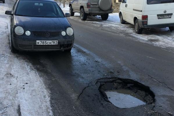 Из-за ямы на Советской водители пробили колеса