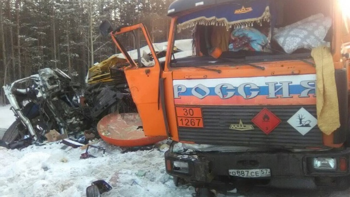 На тюменской трассе столкнулись два большегруза, есть погибший