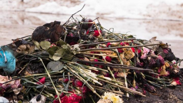В центре Архангельска загорелись цветы, возложенные в память о трагедии в Кемерово