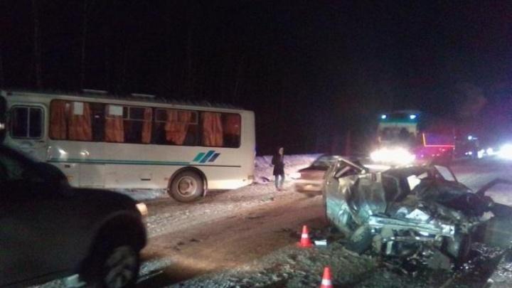 В Прикамье столкнулись ВАЗ и автобус: водитель легковушки погиб
