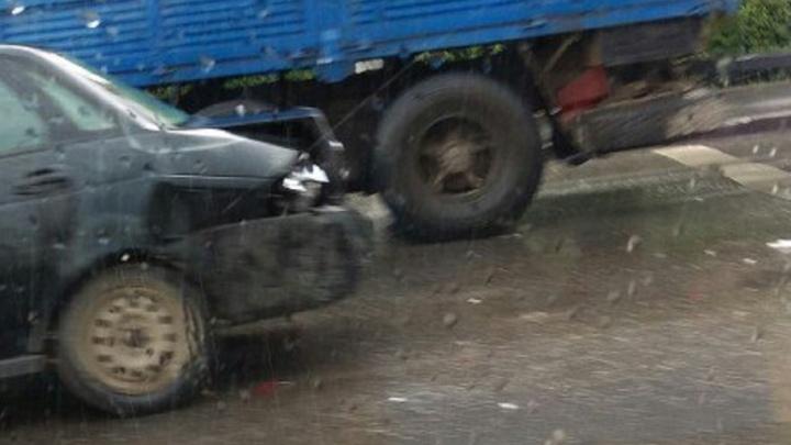 Столкновение двух автомобилей на пересечении Космонавтов и Комарова спровоцировало серьезную пробку
