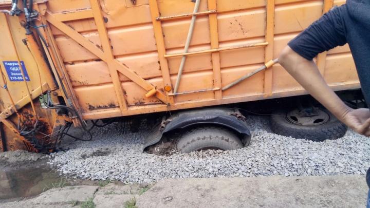 Зыбучий щебень: в Ростове мусоровоз застрял в яме