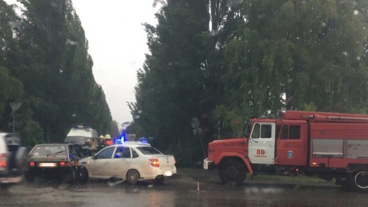 В Тольятти в результате ДТП женщину зажало в машине: пострадавшую доставали спасатели