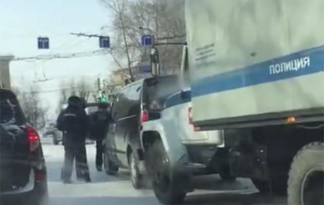 В Челябинске полицейский автозак попал в аварию