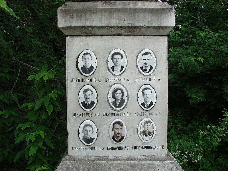 Здесь же стоит мемориал группе, которая загадочно погибла на перевале Дятлова.
