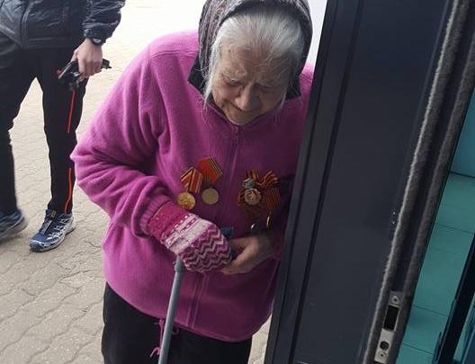 Очевидцы: у торгового центра в Рыбинске бабушка с орденами на груди просит милостыню