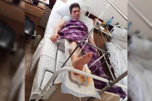 Нападавший прыгнул на лежавшего на земле мужчину, сломав ему ногу