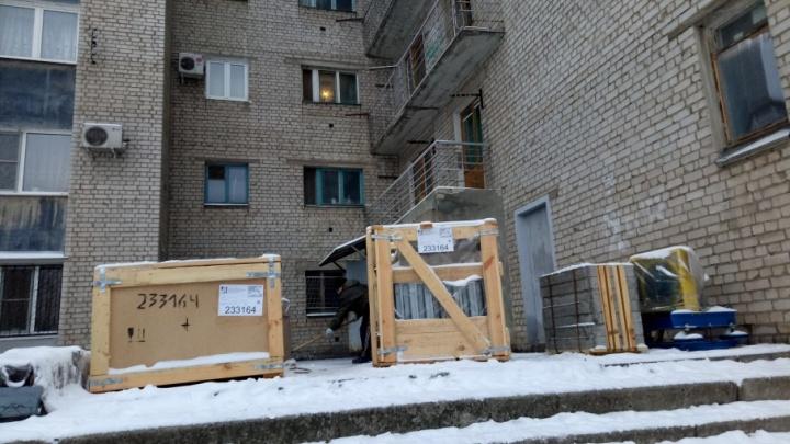 На юге Волгограда уже неделю морозят запчасти для нового лифта