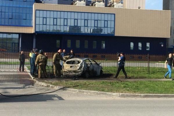 Спасателям не удалось спасти горящий автомобиль
