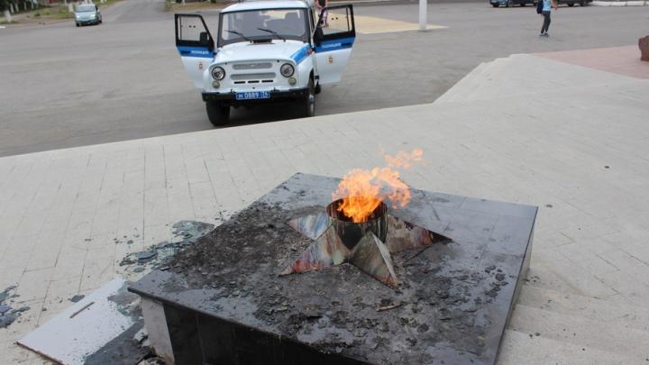 Были пьяны, сожгли венок: на Южном Урале осудили девочек, осквернивших Вечный огонь