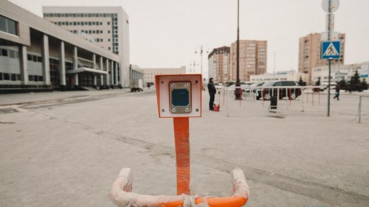 К тюменскому ж/д вокзалу будут пропускать только служебные машины: уже стоят шлагбаумы и терминалы