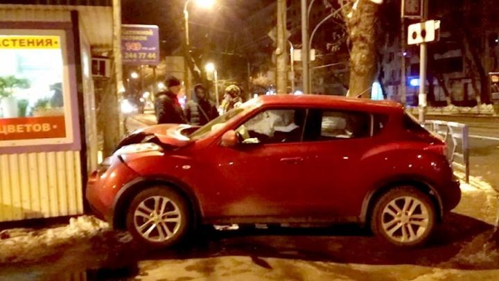 В Самаре такси вытолкнуло Nissan Juke в цветочный киоск