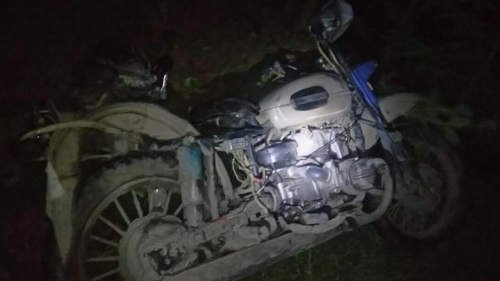 На трассе под Тюменью мотоциклист не справился с управлением и вылетел в кювет