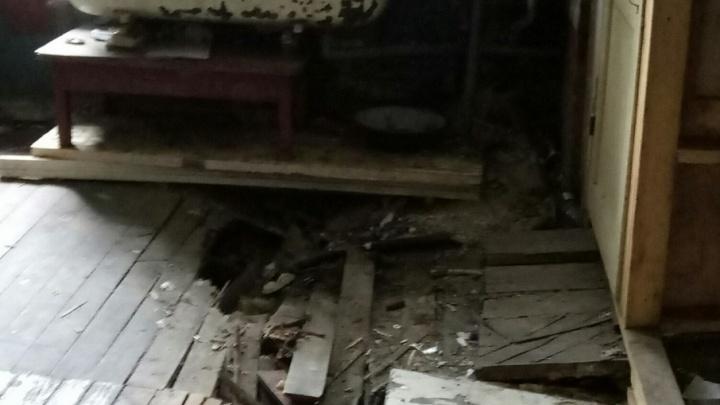 В Архангельске жильцы дома с обрушившимся потолком пожаловались в полицию на бездействие властей