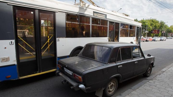 Волгоградские водители оправдались за парковку на «выделенке»