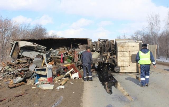 В Самарской области на трассе перевернулся металловоз: разлились горюче-смазочные материалы