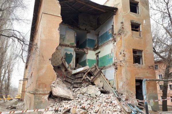 Стена старого общежития рухнула около получаса назад