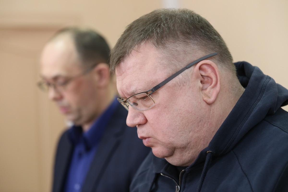 Сергей Мануйлов очевидно собрал вещи для отправки в СИЗО, но в итоге остался под подпиской о невыезде