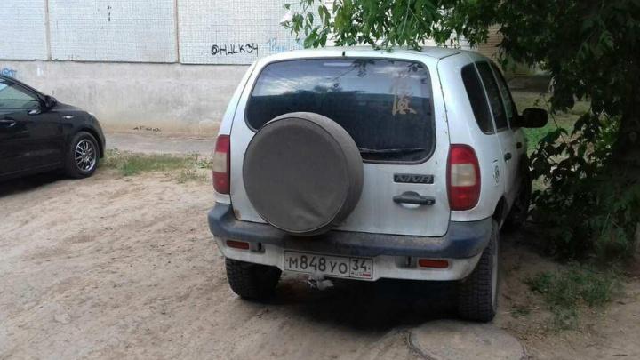 Три дома в Волжском остались без воды из-за припаркованного внедорожника