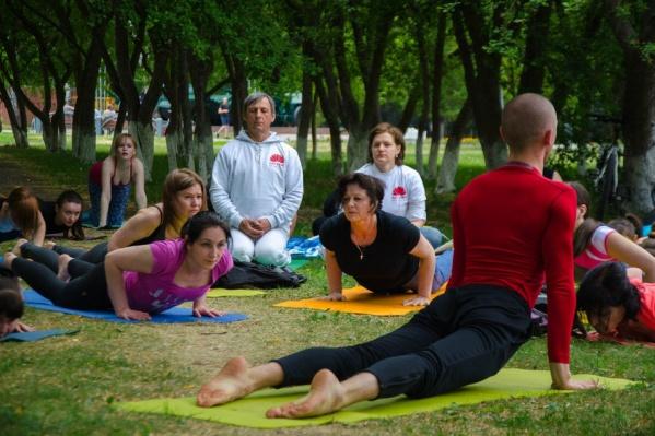 Любители йоги соберутся 15 июля в 11:00 в Яблоневой роще за «Технопарком»