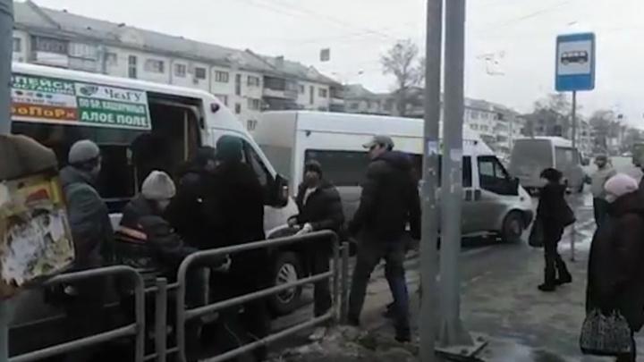 На остановке в центре Челябинска маршрутчики подрались с пассажирами