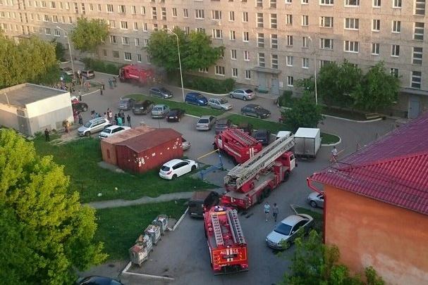В Тюмени из-за пожара в подъезде эвакуировали жильцов многоэтажного дома