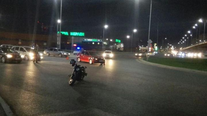 В Тюмени три человека получили травмы в ДТП с мотоциклами