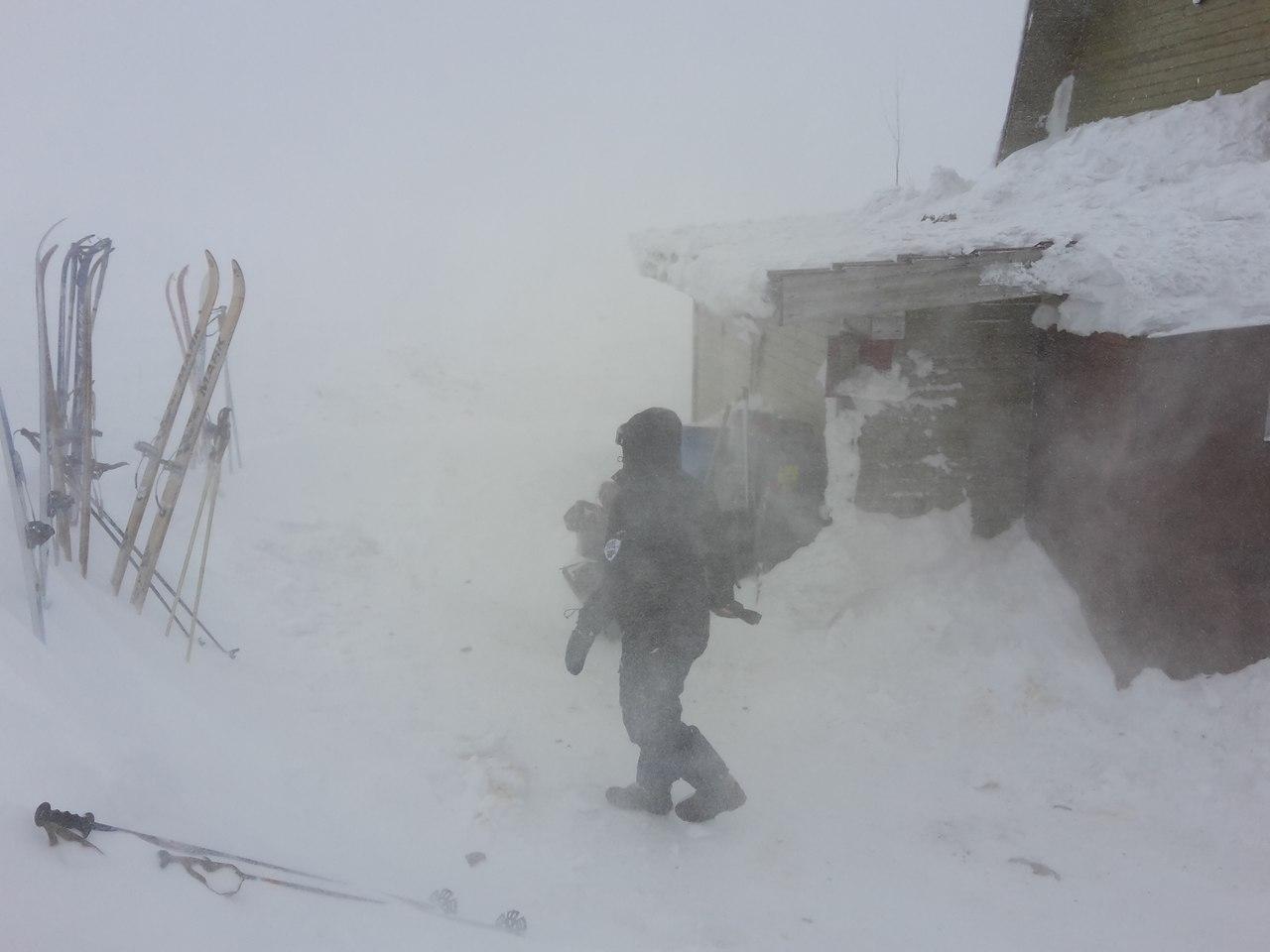 Еще нужно постараться, чтобы вызволить лыжи из снежного плена