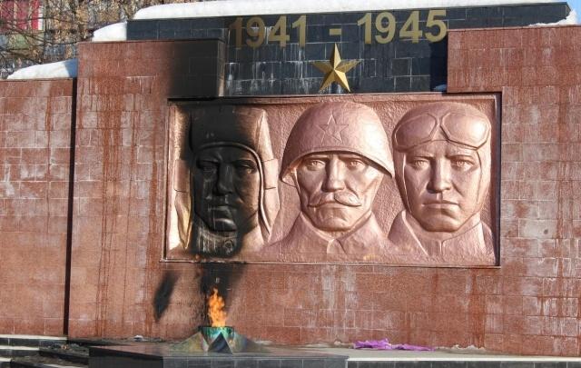 Мемориал у Вечного огня в Южноуральске полностью восстановили после поджога