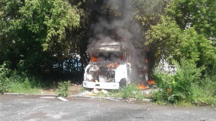 В Тюмени сгорел микроавтобус