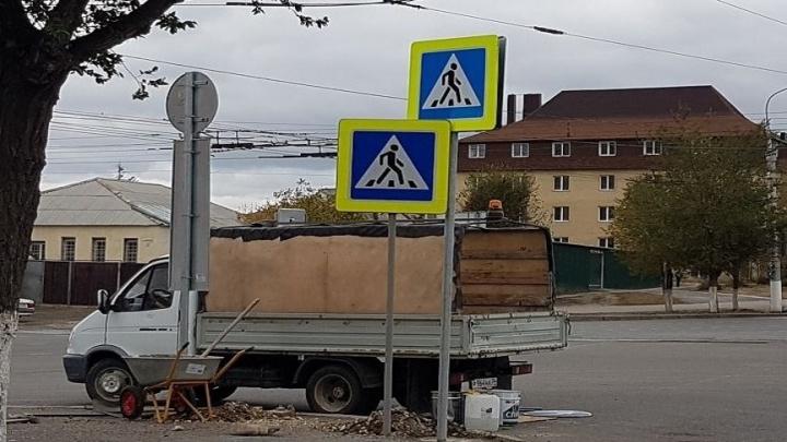 На улицах Волгограда ставят дорожные знаки-близнецы
