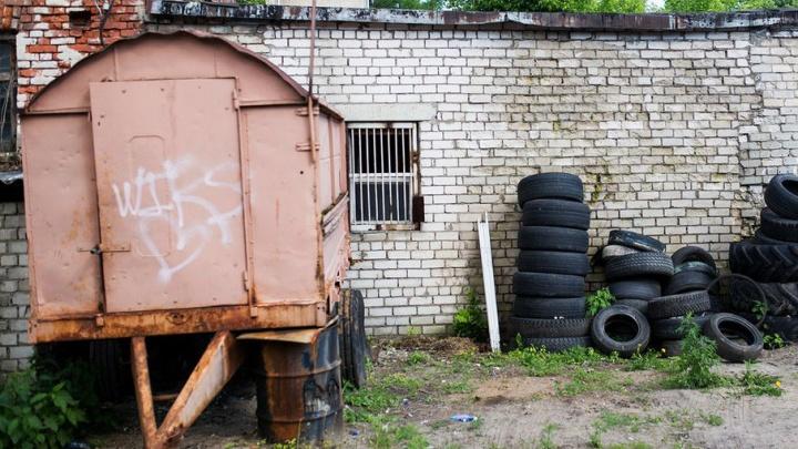 В Ярославской области мужчина попытался распилить железный гараж