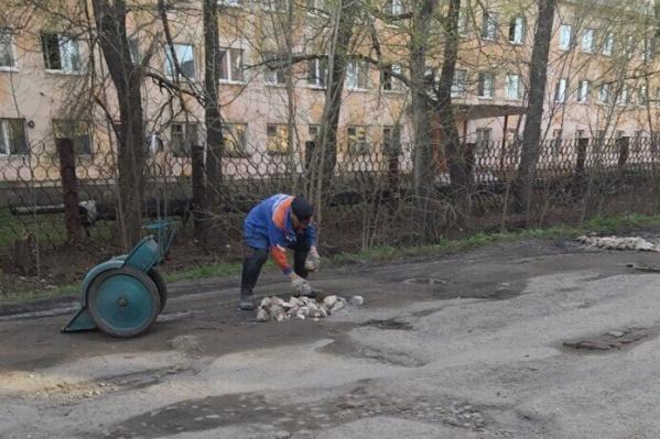 Дорогу ремонтирует дедушка