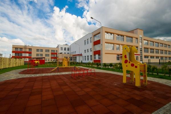 """Вот так сейчас выглядит """"путинская"""" школа-садик и окрестности."""